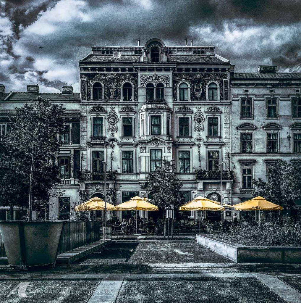 Coloriertes Schwarzweissfoto Haus in Wien