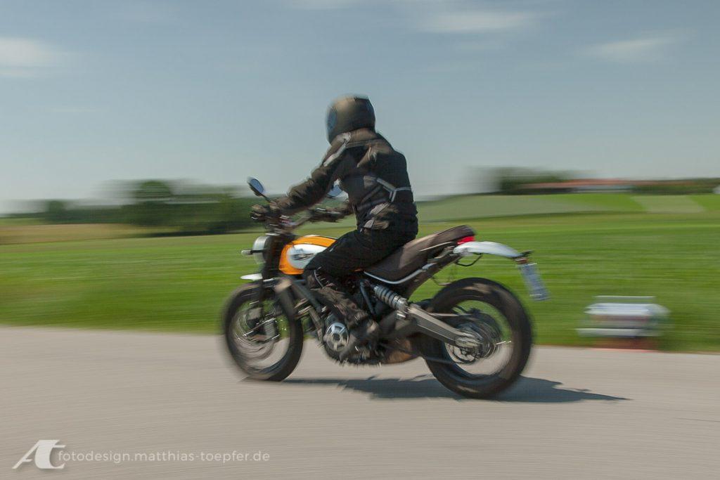 Motorrad Training Bremsen/ EOS 5D Mark II / 28mm / f/6,3 / 1/50Sek.