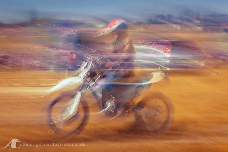 Motorradtraining Impressionistische Langzeitaufnahme