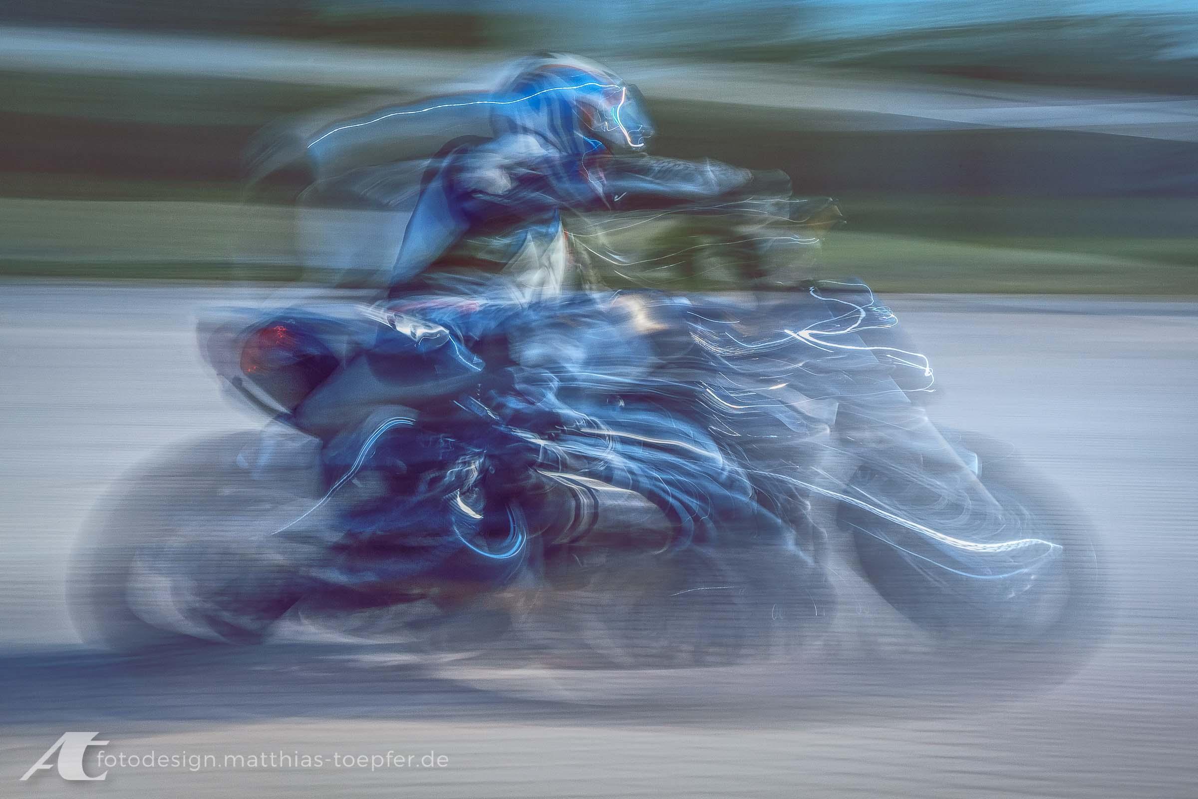 Motorrad Training Schräglage / EOS 5D Mark II / 60mm / f/22 / 1,0 Sek.