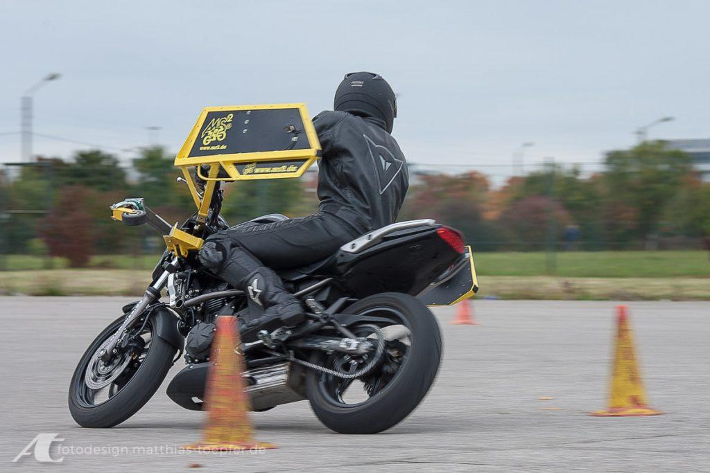 Motorrad Training Schräglage / EOS 5D / 135mm / f/8 / 1/60 Sek.