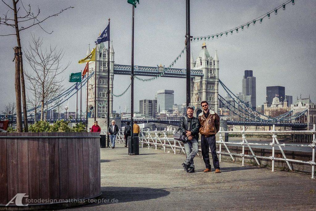 Olli und ich vor der Tower Bridge