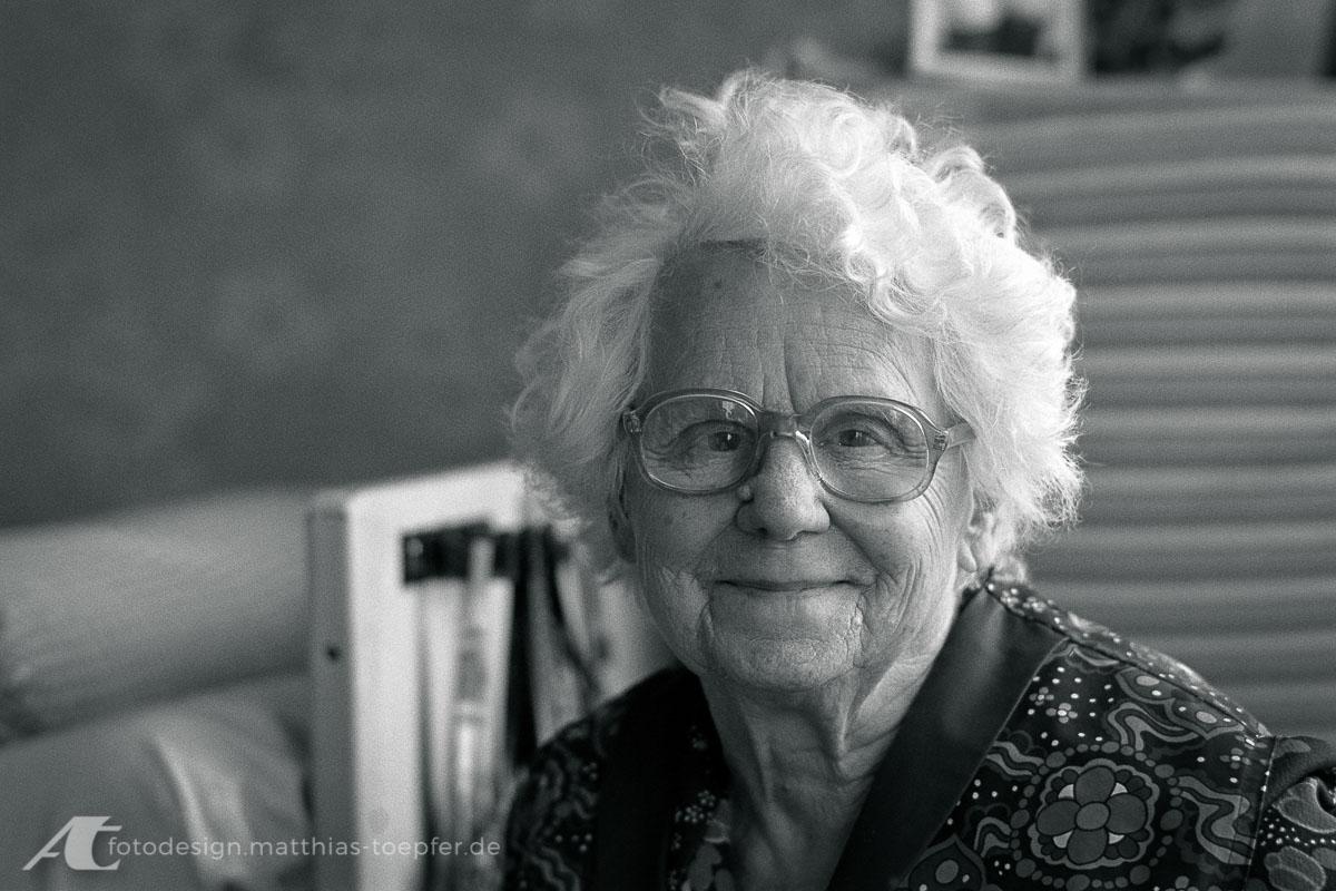 Available Light Portrait / reife Dame / analog aufgenommen