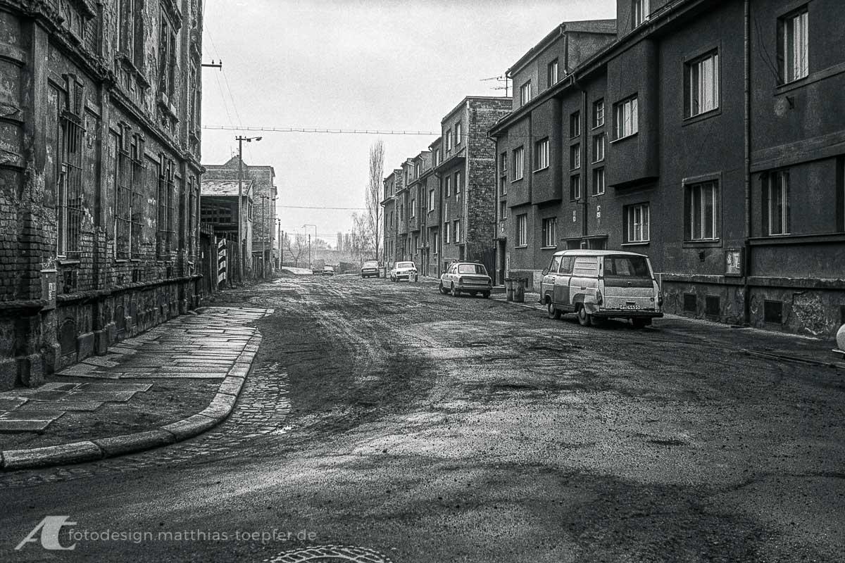 Blick durch eine Straße in Tschechien 1990