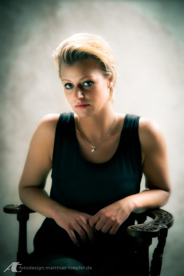 Available Light Portrait / junge Dame / digital aufgenommen