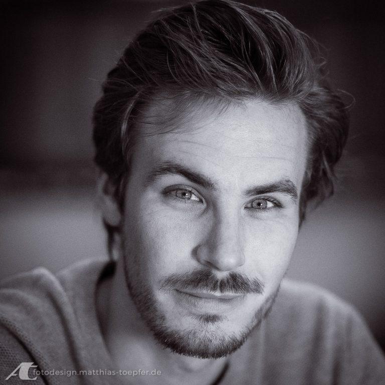 Schauspieler / Porträt in vorhandenem Licht