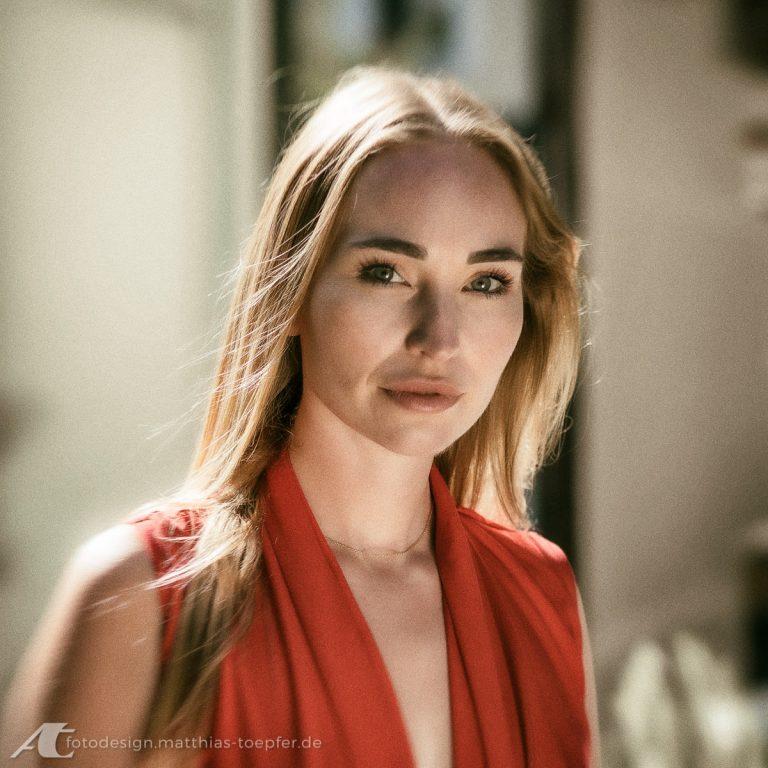 Schauspielerin / Porträt in vorhandenem Licht
